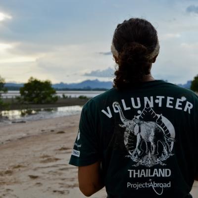 Durante su voluntariado en Tailandia, una voluntaria admira la playa.